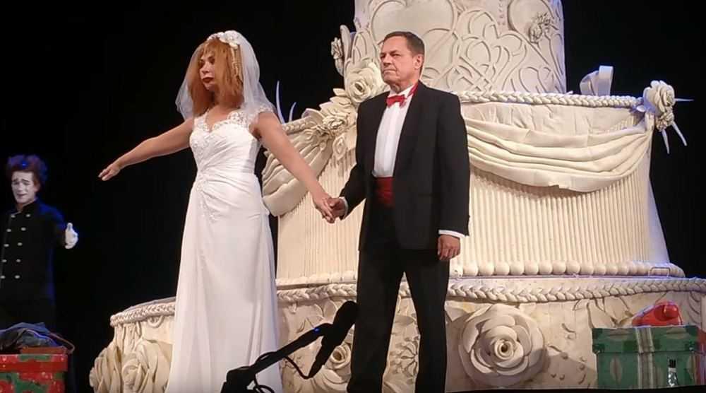 Брянцев привела в восторг актриса Васильева в фате и на огромном торте