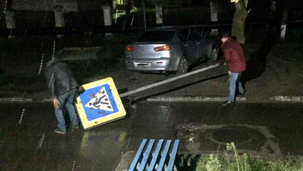 В Брянске задержали укравших дорожный знак джентльменов удачи