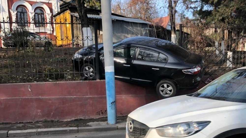В Брянске «летающую» иномарку остановил забор наркодиспансера