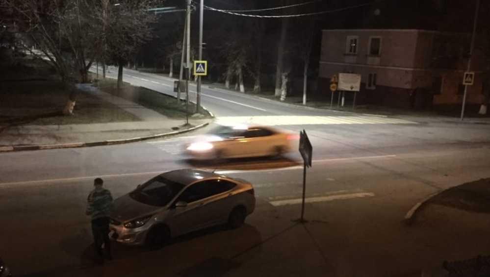В Брянске водитель автомобиля сбил дорожный знак и скрылся