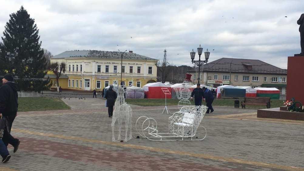 Жителей Климова восхитили олень и снеговик-саксофонист