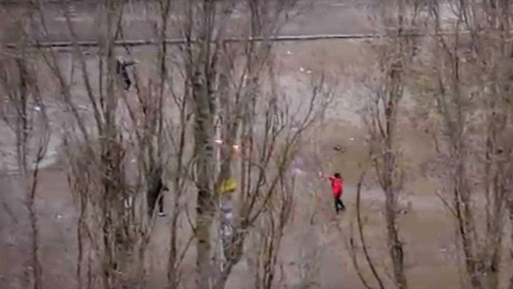 В Брянске дети возле школы устроили опасную перестрелку из ракетниц