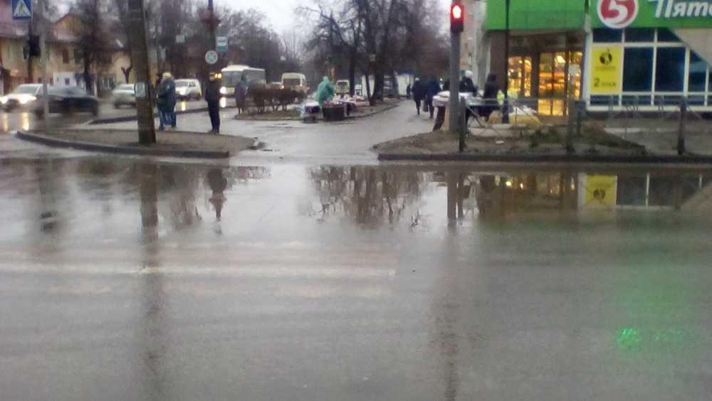 В Брянске новый пешеходный переход утонул после дождя
