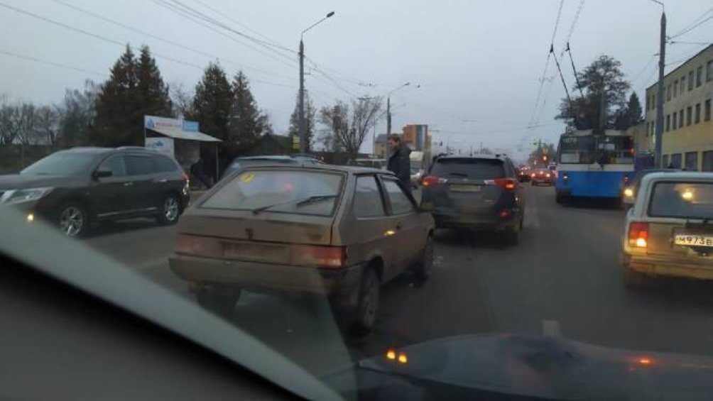 В Брянске образовалась внушительная пробка из-за массового ДТП