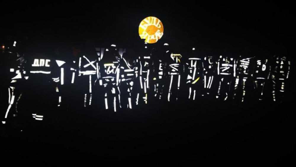 Жителей Севска удивили танцевавшие в темноте светящиеся фигуры