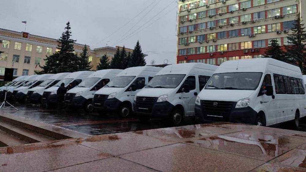 В Брянске вручили ключи от 142 автобусов для районов области