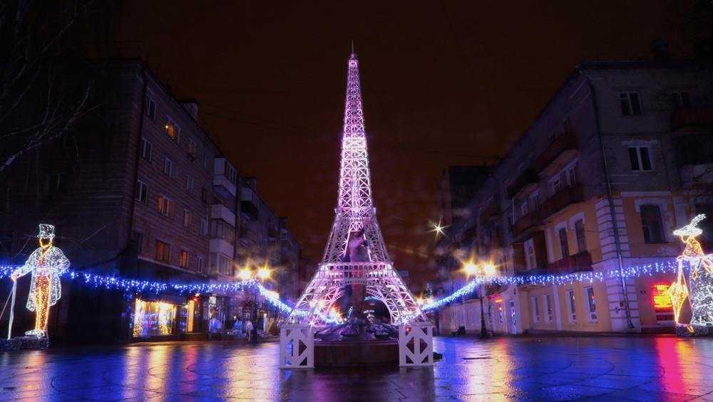 В Брянске установили Эйфелеву башню на бульваре Гагарина