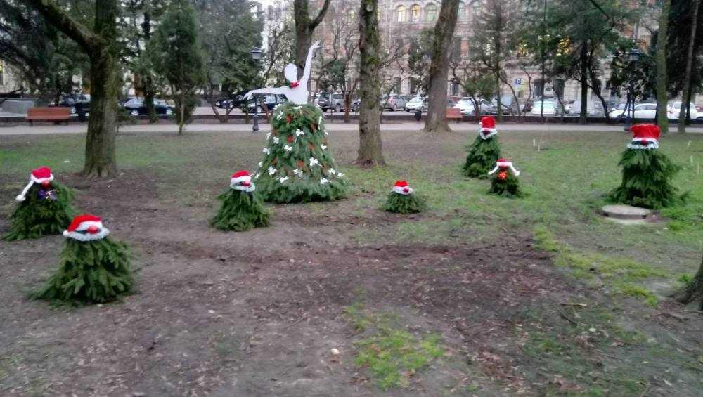 В Брянске в Круглом сквере обосновались Белоснежка и семь гномов