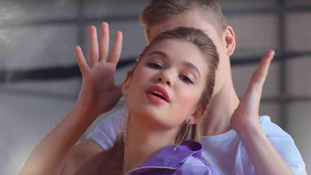 Брянская певица Настя Гладилина записала клип о первой любви