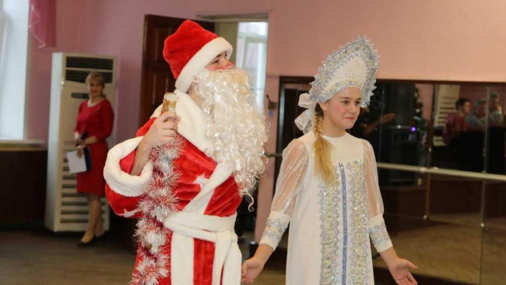Деды Морозы сразились за право открыть главную ёлку Брянска