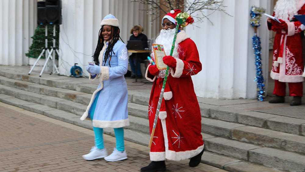 Жителей Брянска поздравили африканские Дед Мороз и Снегурочка