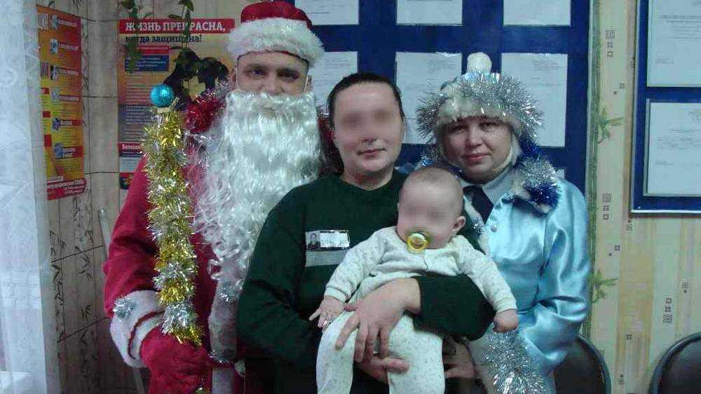 Сотрудники брянской колонии поздравили с Новым годом маму с ребенком