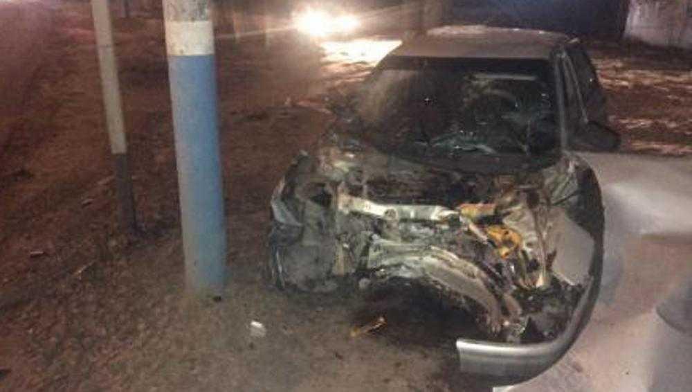 В Брянске был госпитализирован пассажир врезавшегося в дерево ВАЗа