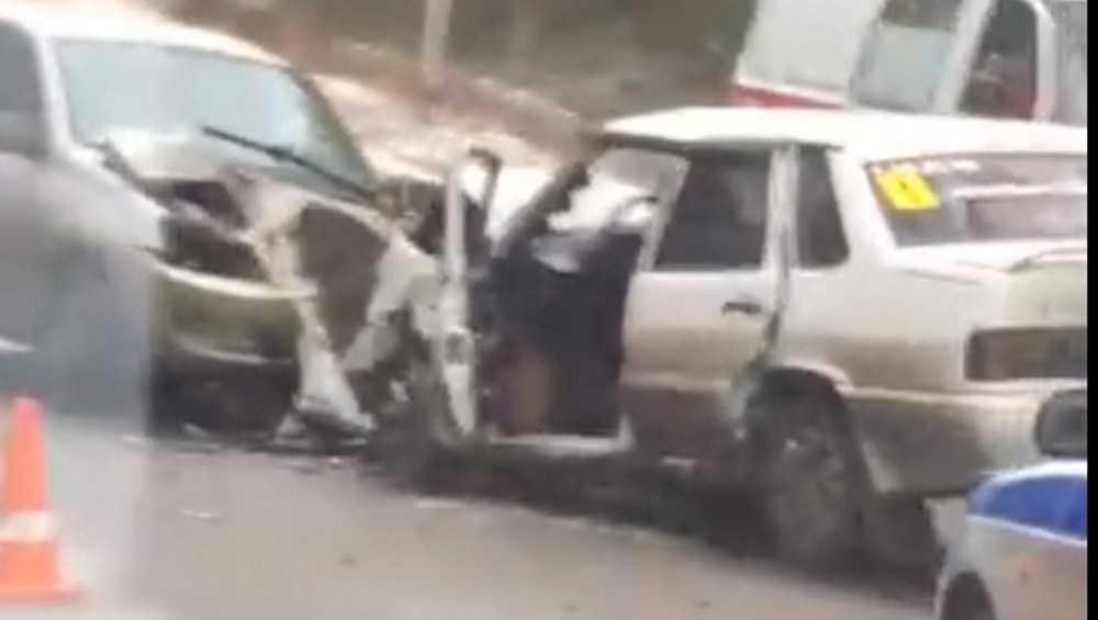 В брянском посёлке Белые Берега лоб в лоб столкнулись два ВАЗа