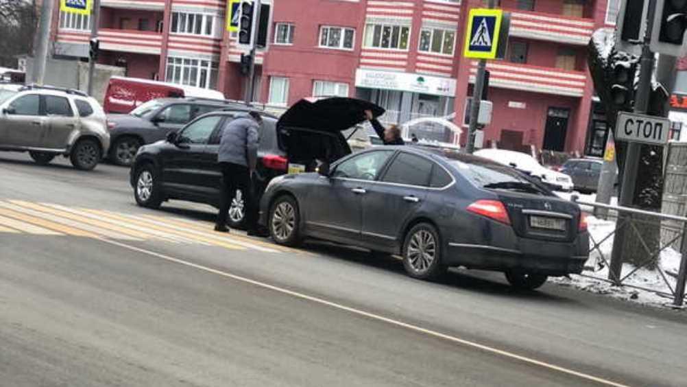 В Брянске возле четвёртой больницы столкнулись легковушки