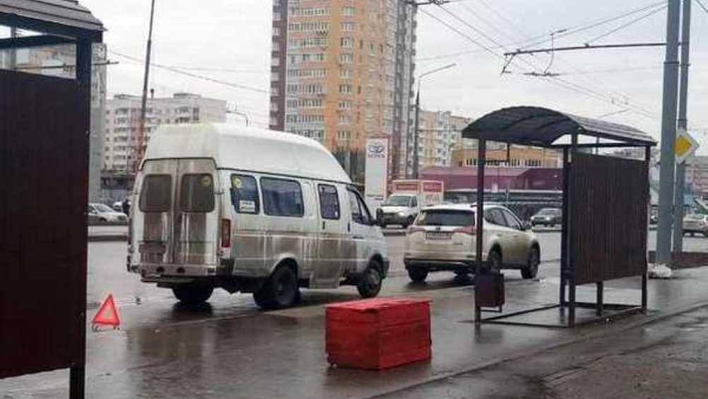В Брянске у рынка не поделили дорогу маршрутка и легковушка
