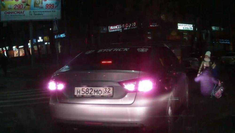 В Брянске автомобилистка на «зебре» сбила женщину с девочкой