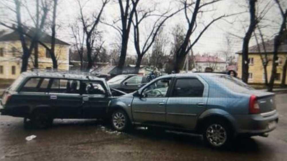 В Брянске автомобилистка разбила лоб 23-летнему парню