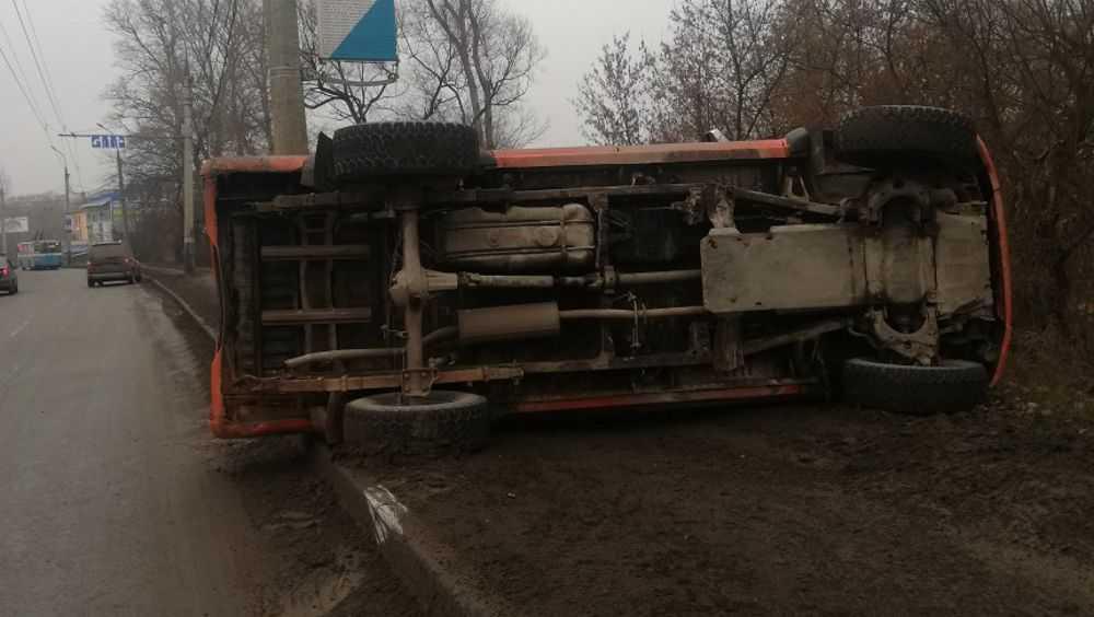 В Брянске возле Черного моста перевернулся пикап