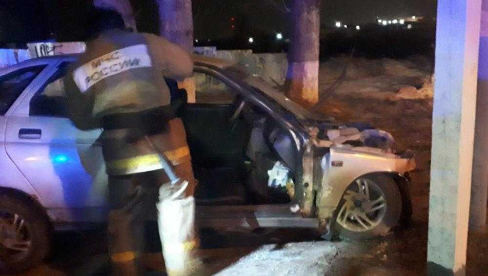 В Брянске ночью спасатели извлекли водителя из разбитого автомобиля