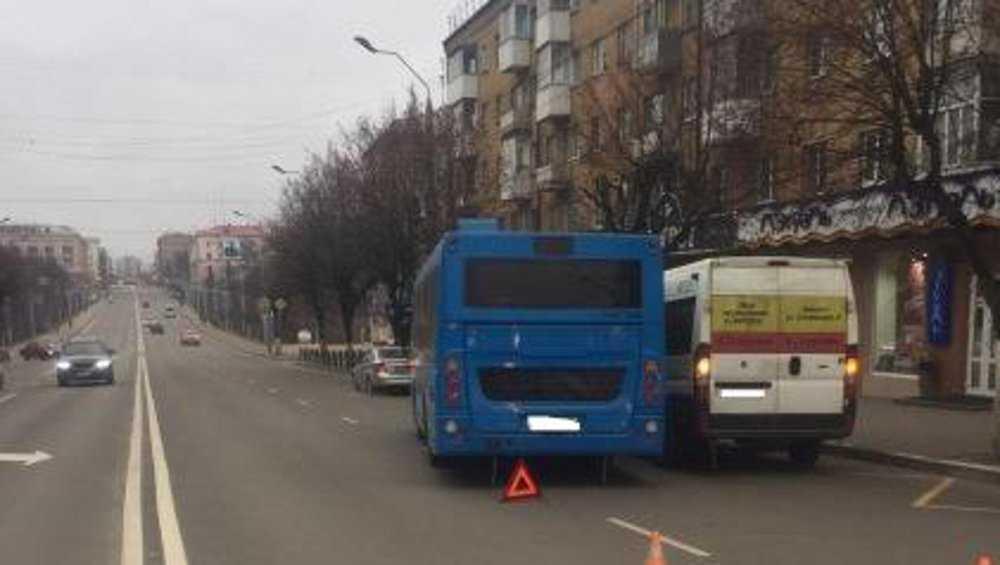 В Брянске при столкновении автобуса и маршрутки пострадали пенсионерки