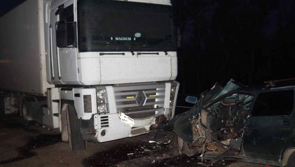 На дороге Брянск – Новозыбков водитель легковушки врезался в фуру