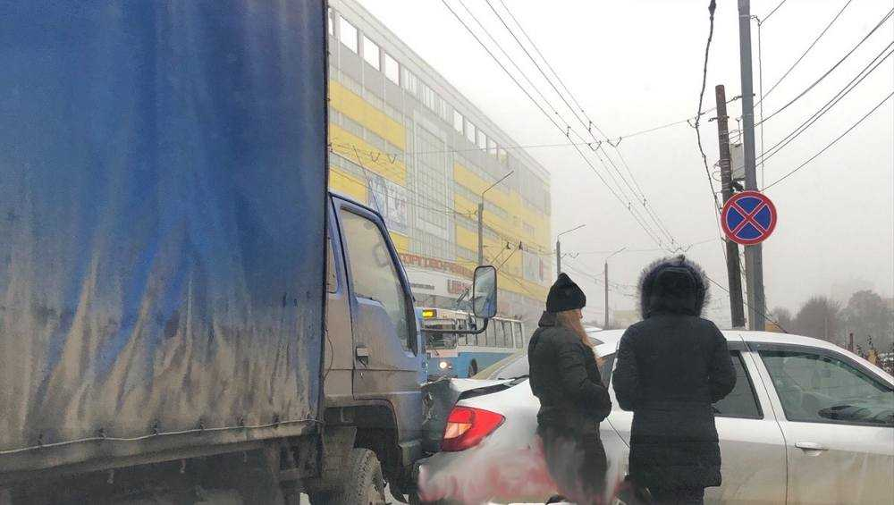В Брянске возле ТЦ «Мельница» грузовик врезался в легковушку