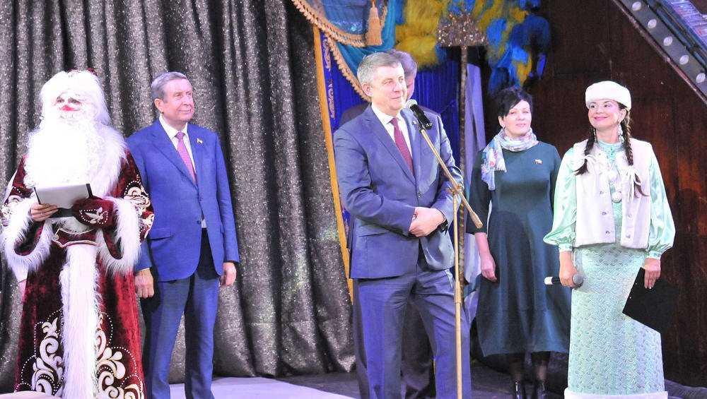 В Брянск на губернаторскую елку приехали более двух тысяч ребят