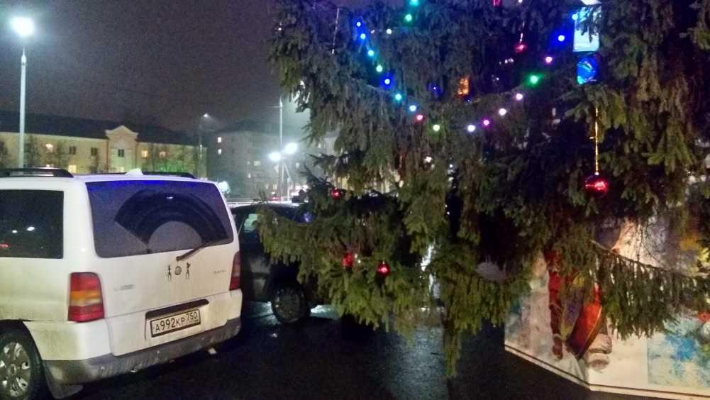 Возле ДК Железнодорожников в Брянске поселился огромный Дед Мороз