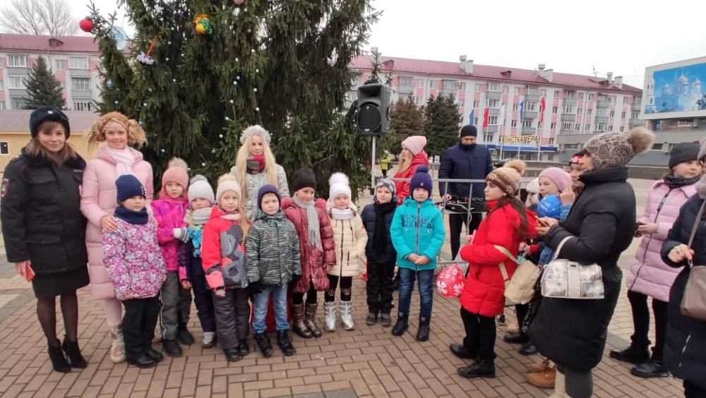 Брянцы принесли шары с пожеланиями для елки на площади Партизан
