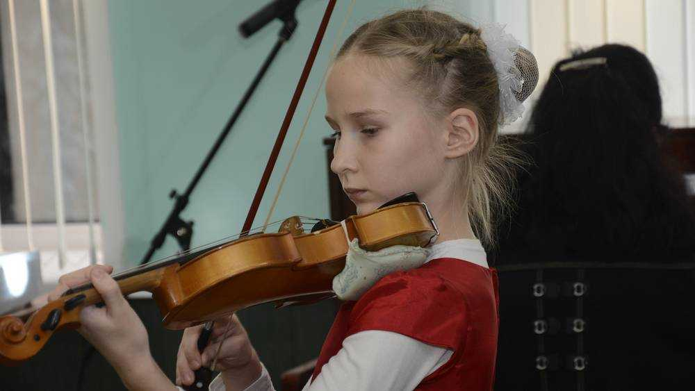 В Брянском районе школе искусств передали инструменты и оборудование