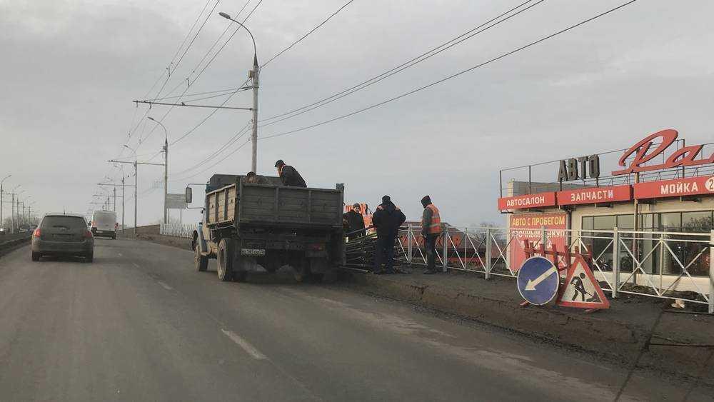 На путепроводе возле станции Брянск-II установили новое ограждение