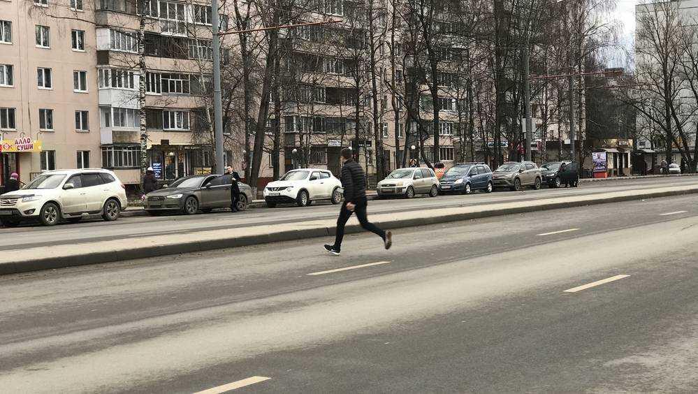 В Брянске стали развлекаться опасным бегом через 6 полос дороги