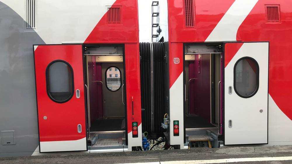 Жителей Брянска удивил первый двухэтажный поезд