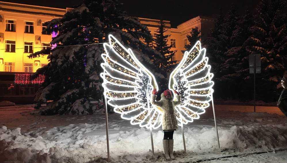 В Брянске на площади Ленина установили искрящиеся крылья