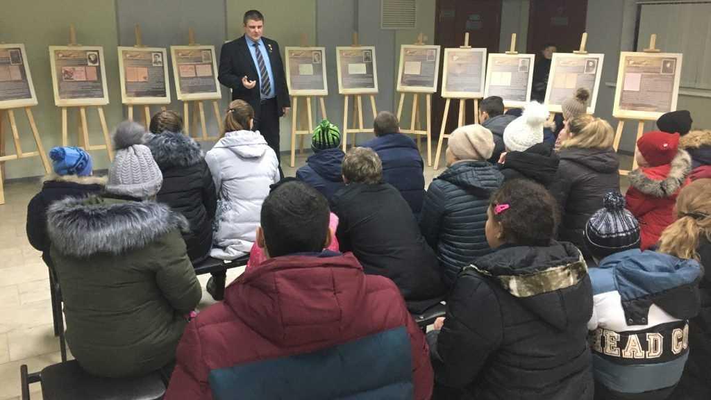 Брянские школьники с помощью партийцев побывали в краеведческом музее