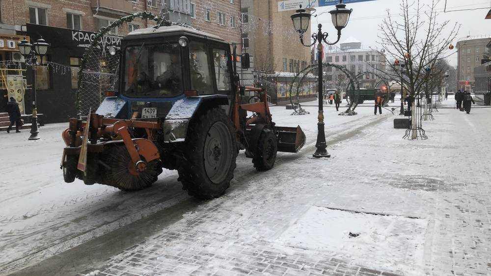 В Брянске на очистку улиц от первого снега вышли дорожные машины