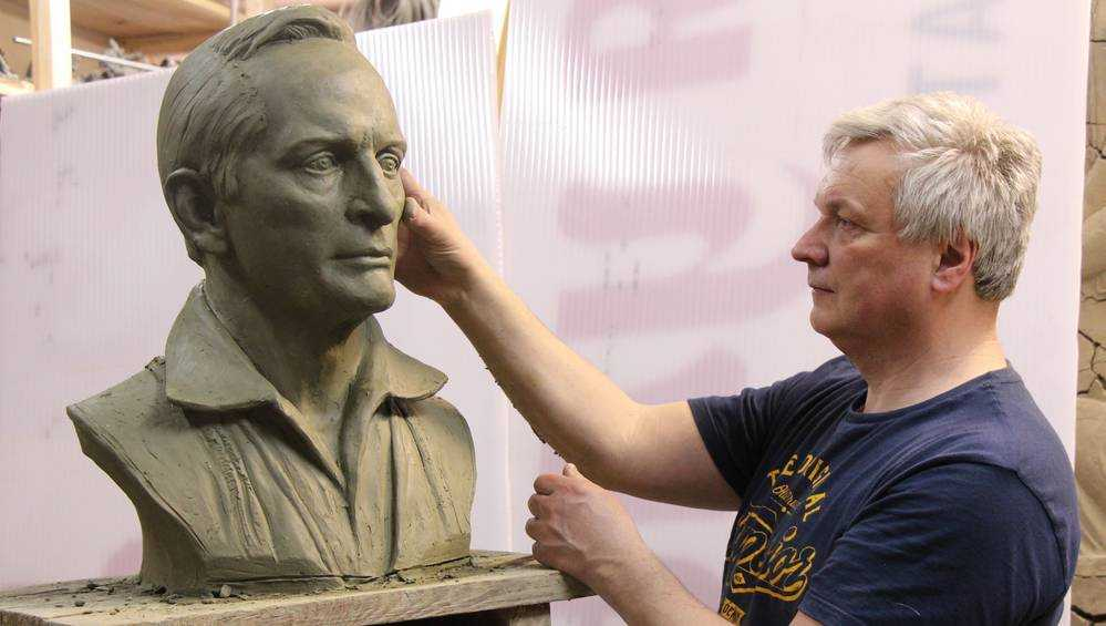 Актёра Ланового восхитил его бюст, сделанный брянским скульптором
