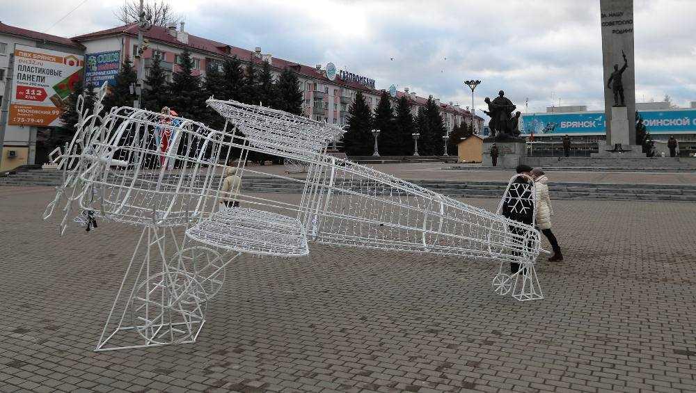 В Брянске на площади Партизан появился новогодний самолет