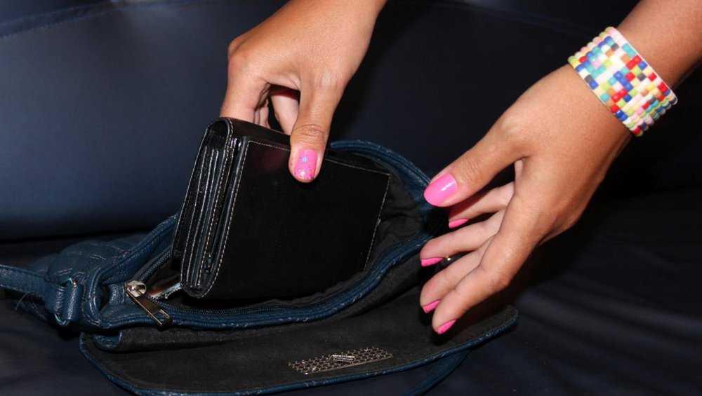В Унече у девушки подруга украла кошелек с деньгами и картами