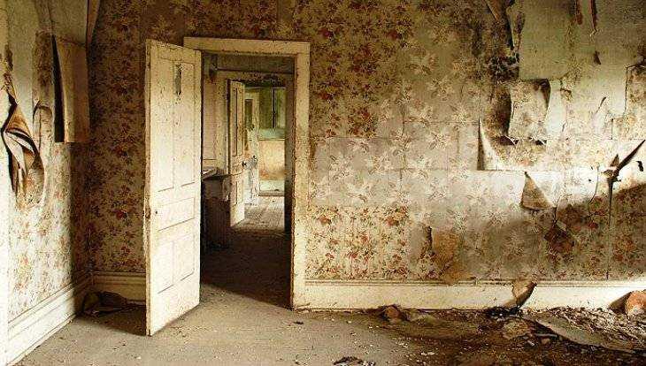 В Сельцо девушке-сироте выделили разгромленную квартиру с долгами