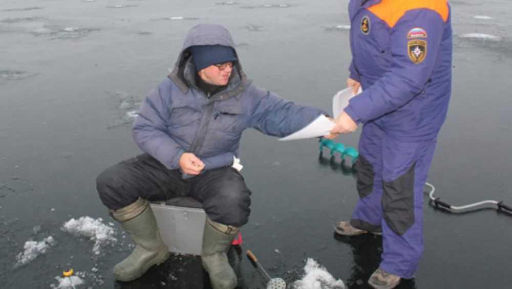 В Белых Берегах оштрафовали двух рыбаков за риск на тонком льду