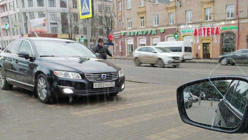 В Брянске за «зебру» наказали водителя автомобиля с номером 002