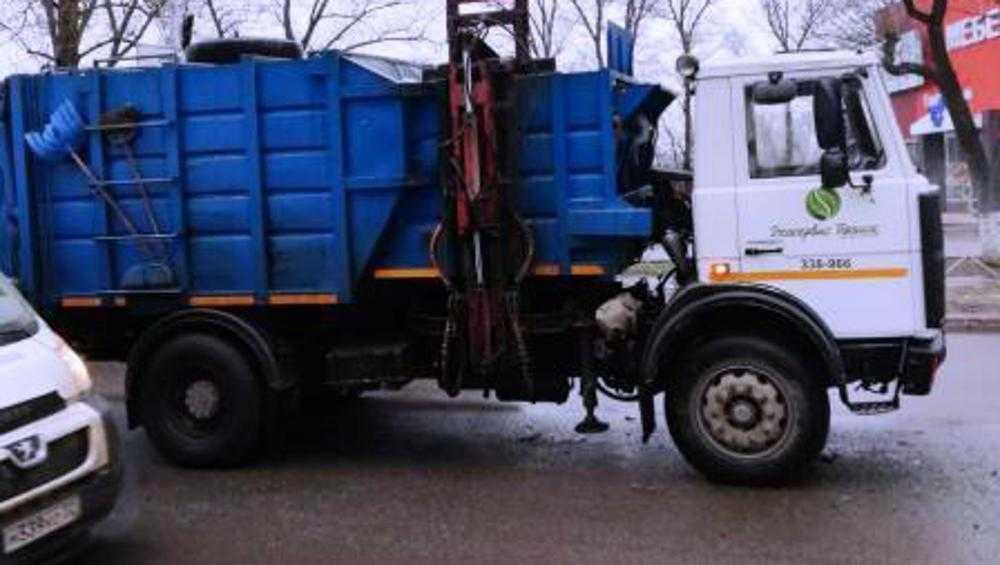 В Брянске в ДТП мусоровоза и маршрутки пассажирка сломала руку