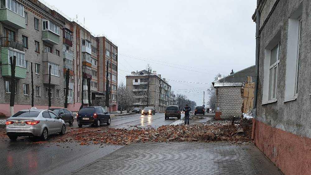 В Клинцах на дорогу возле колледжа рухнула кирпичная стена