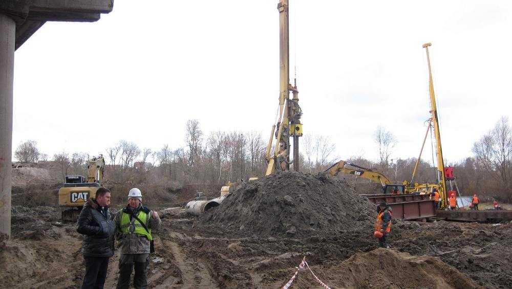 На строящемся Литейном мосту в Брянске установлено более половины свай