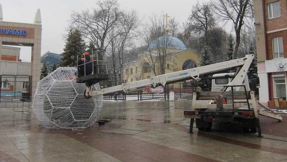 В Брянске на бульваре установили светящиеся часы и футбольный мяч