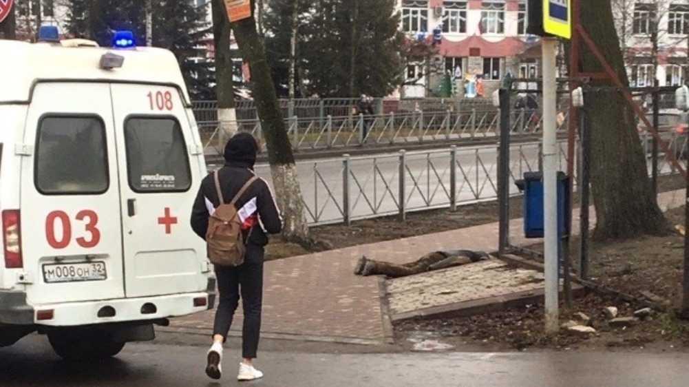 В Брянске возле девятой школы скончался мужчина