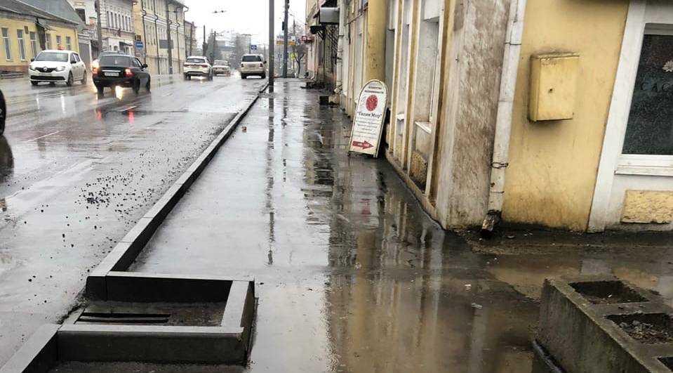 Под грязевой душ попали на улице Калинина жители Брянска