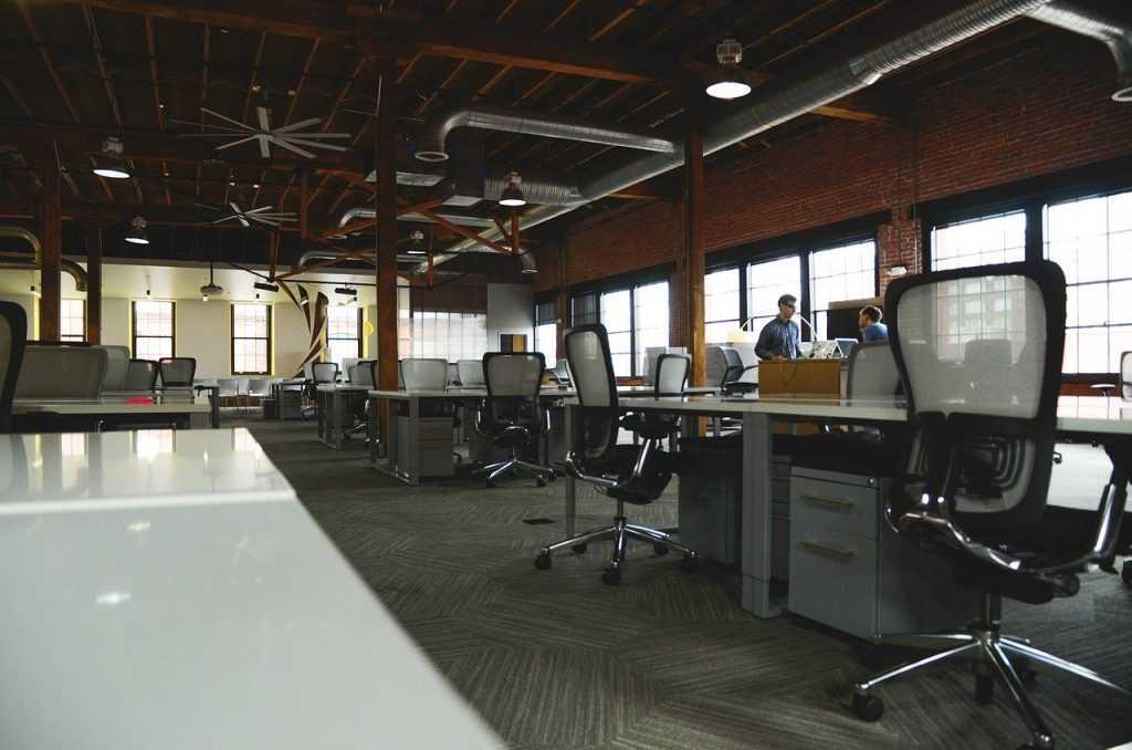 Производим замену роликов и колес в офисных креслах